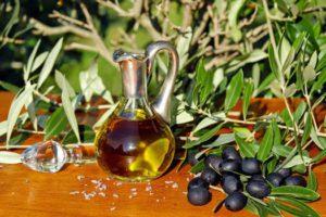 בקבוק שמן זית, ענפי עץ הזית וזיתים שחורים