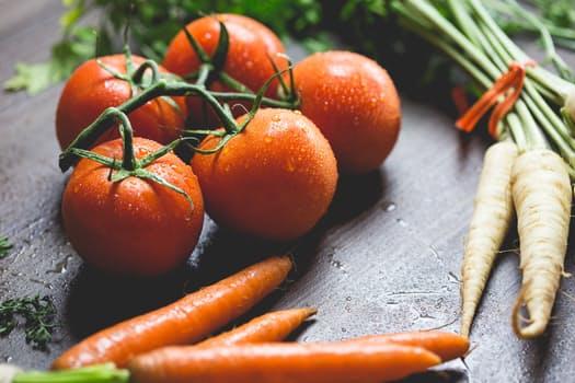 תמונת ירקות שונים: גזר, עגבניות שרי ושורש פטרוזיליה